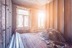 Travail de processus d'installer des fenêtres de PVC et des cadres en métal pour la plaque de plâtre - outils de cloison sèche et photo stock