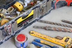 Travail de rénovation électrique, beaucoup d'outils de bricolage Images libres de droits
