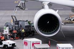 Travail de réapprovisionnement en combustible d'avion de ligne d'Airbus A380. Photographie stock