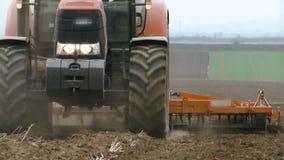 Travail de ressort avec un tracteur dans le domaine banque de vidéos
