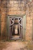 Travail de restauration sur la porte - Angkor Images libres de droits