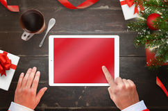 Travail de Santa Claus sur le comprimé avec l'écran vide pour la maquette Image libre de droits