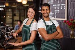 Travail de sourire de barman Photos libres de droits