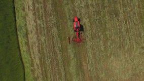 Travail de tracteur sur le champ banque de vidéos