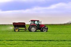 Travail de tracteur sur le champ Appliquant l'engrais au printemps images libres de droits