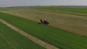 Travail de tracteur sur le champ vert banque de vidéos