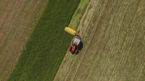 Travail de tracteur sur les champs verts clips vidéos