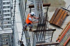 Travail de travailleur de la construction dans un chantier de construction Photo stock