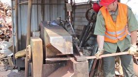 Travail de travailleur sur l'entrepôt de ferraille banque de vidéos