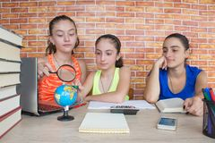 Travail de trois filles sur son travail Portrait de l'étude d'étudiant d'école de trois filles Photos stock