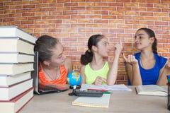 Travail de trois filles sur son travail Portrait de l'étude d'étudiant d'école de trois filles Photos libres de droits
