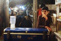 Travail des enfants - garçon travaillant à la boutique de lait de poule Image libre de droits