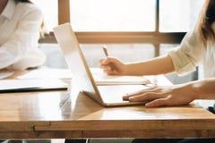 Travail des femmes avec l'ordinateur portable d'ordinateur et le carnet, article écrivant b images stock