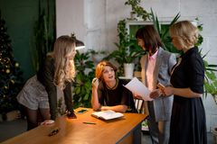 Travail des heures supplémentaires du concept Groupe de l'équipe féminine d'affaires travaillant tard la nuit photos libres de droits