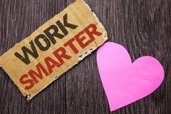 Travail des textes d'écriture plus futé Concept signifiant Job Task Effective Faster Method intelligent efficace écrit sur le mor Photographie stock