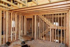 Travail en cours de encadrement en bois avec les murs en bois et la poutrelle de encadrement de plafond ou de plancher sur le bât Photo stock
