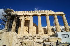 Travail en cours de restauration au parthenon classique de patrimoine mondial sur la base de marbre sur l'Acropole avec l'échafau Photo stock