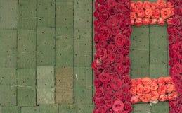 Travail en cours : Mur de Rose Flowers sur la mousse florale photographie stock libre de droits