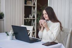Travail en ligne une fille derrière des ordinateurs portables et image libre de droits