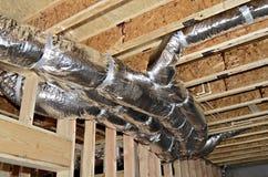 Travail, encadrement et tuyaux de conduit dans la nouvelle construction Images stock