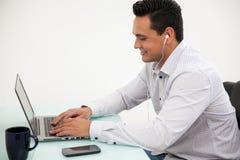 Travail et écouter la musique Photos stock