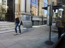 Travail exécutif de dame au milieu de la ville de Londres images libres de droits