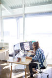 Travail exécutif masculin à son bureau Image libre de droits