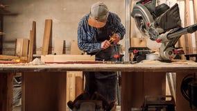 Travail expérimenté de charpentier avec en bois photos stock