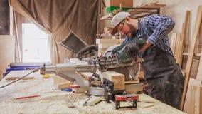 Travail expérimenté de charpentier avec la scie circulaire image libre de droits