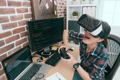 Travail fini gai d'ingénieur informaticien de femme Photographie stock libre de droits