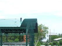Travail fortement dangereux d'installation de toit photos stock