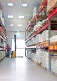 Travail jaune de poussoir de fourchette dans le grand entrepôt Photo libre de droits