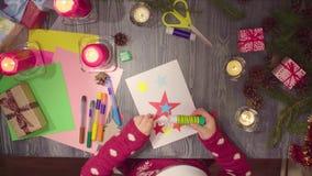 Travail manuel d'enfants Peu fille colle la carte de nouvelle année images libres de droits
