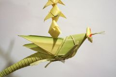 Travail manuel mobile de sauterelle en feuille de palmier thaïlandaise de style photo stock