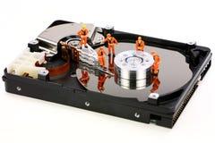 Travail miniature de techniciens sur l'unité de disque dur Photographie stock libre de droits