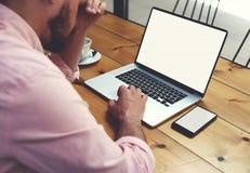 travail moderne d'homme d'affaires dans l'Internet par l'intermédiaire du carnet Photos libres de droits