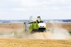 Travail moissonnant le cartel dans le domaine du blé Photo stock