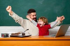 Travail ouais bon Triompher de grandes nouvelles Papa et fils ayant l'amusement à temps et ses effets Professeur de papa image libre de droits