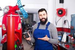 Travail pour réparer la motocyclette Photo libre de droits