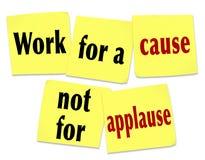 Travail pour une cause pas pour des applaudissements indiquant les notes collantes de citation Images stock