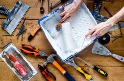 Travail professionnel de constructeur avec des instruments de rénovation de maison sur la vue supérieure de fond en bois photographie stock libre de droits