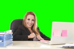 Travail sûr de sourire de la femme d'affaires 40s décontractée heureuse au recouvrement photo stock