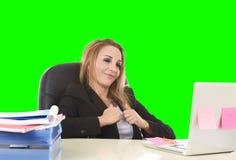 Travail sûr de sourire de la femme d'affaires 40s décontractée heureuse au recouvrement photo libre de droits