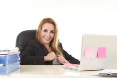Travail sûr de sourire de la femme d'affaires 40s décontractée heureuse à l'ordinateur portable Photographie stock libre de droits