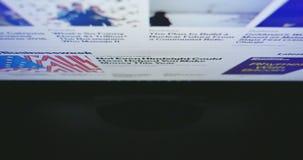 Travail sur l'ordinateur Moniteur de PC de vue supérieure Surfer de Web banque de vidéos