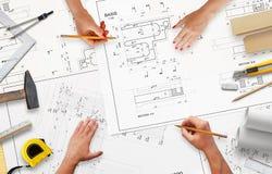 Travail sur la documentation de projet à l'entreprise de construction images stock