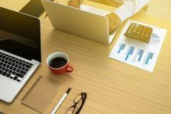 travail sur la table en bois dans le bureau Photos libres de droits