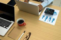 travail sur la table en bois dans le bureau Photographie stock
