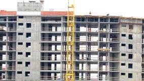 Travail sur le chantier de construction Derrière la maison construite La flèche de rotation de la grue de construction est éviden banque de vidéos