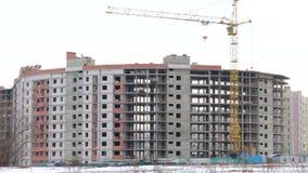 Travail sur le chantier de construction Derrière la maison construite La flèche de rotation de la grue de construction est éviden clips vidéos